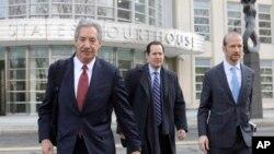 华为公司的律师(从左至右)詹姆斯·科尔、迈克尔·亚历山大·利维与戴维·彼特考尔离开纽约布鲁克林的联邦法庭。(2019年3月14日)