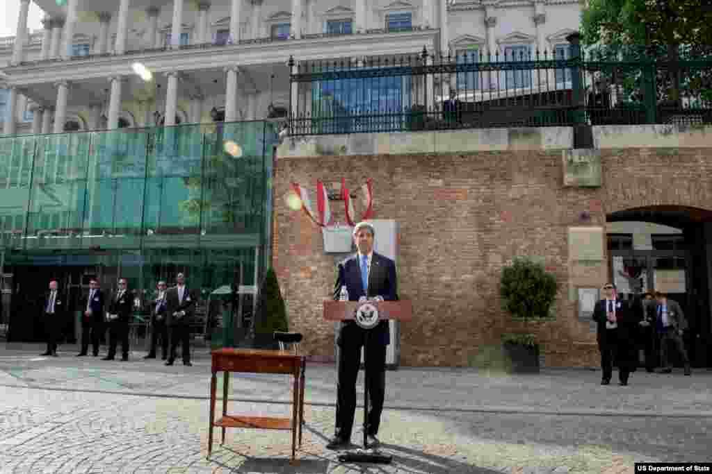 جان کری در حال سخنرانی درباره بازگشایی سفارت های کوبا و آمریکا در پایتختهای یکدیگر - ۱ ژوئیه ۲۰۱۵