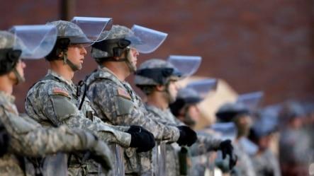 国民警卫队站在弗格森市警局门口。
