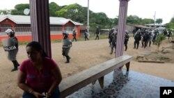 Polisi anti huru hara Nikaragua memasuki kota El Tule setelah membubarkan warga yang memblokir jalanan menuju wilayah tersebut (24/12).