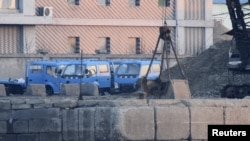 지난 14일 중국 접경 지역인 북한 신의주 압록강 유역에 석탄이 쌓여있다. 그 옆에 트럭이 대기하고 있다. 중국 단둥에서 촬영한 사진. (자료사진)