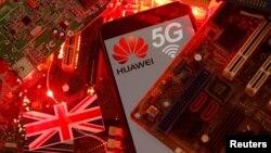រូបឯកសារ៖ ទង់ជាតិប្រទេសអង់គ្លេស និងទូរសព្ទស្មាតហ្វូនម៉ូដែល Huawei ជាមួយនឹងស្លាកសញ្ញា 5G។