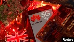 在一塊電腦母版上的英國國旗和有著華為與5G網絡標識的手機。 (2020年1月29日)