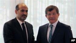 Chủ tịch Liên minh Toàn quốc Syria Ahmad Jarba (trái)