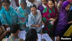 Cử tri tại bàn ghi danh tại một trạm bỏ phiếu trong giai đoạn cuối cùng của cuộc tổng tuyển cử ở Varanasi, bang Uttar Pradesh, ngày 12/5/2014.