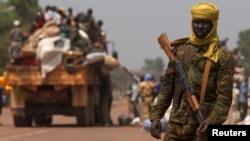 Un soldat tchadien de la MISCA, monte la garde lors du début d'un rapatriement par la route vers le Tchad, Bangui, le 22 janv. 2014.