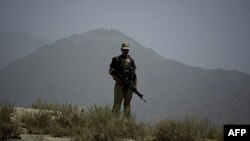 Пакистанський солдат у неспокійному прикордонному районі, який є опорним пунктом терористів