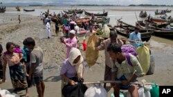 Rohindža izbeglice iz Mjanmara prilikom iskrcavanja iz čamaca u Bangaldešu u oktobru prošle godine