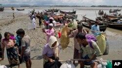 روہنگیا مسلمانوں کا ایک قافلہ میانمار کی فوج کے مظالم سے بچنے کے لیے بنگلہ دیش آ رہا ہے۔ فائل فوٹو