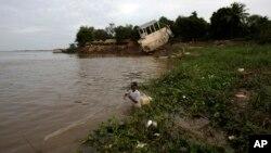 Một dân làng Kampuchia kéo lưới trên sông Mekong