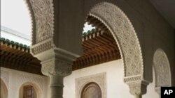 Izložbeni prostor islamske zbirke Muzeja Metropolitan koji su dizajnirali stručnjaci i zanatlije iz Fesa u Maroku