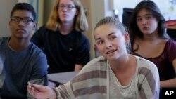 2015年10月8日講員在加州一中學為九年班學生上性教育課資料照。