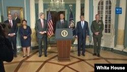 Predsednik Obama sa državnim sekretarom Džonom Kerijem i sekretarom za odbranu Ešom Karterom posle sastanka Saveta za nacionalnu bezbednost u Stejt Departmentu.