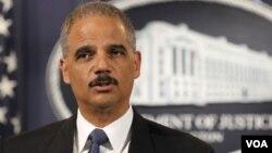 El secretario de Justicia, Eric Holder, hizo los comentarios en una entrevista con el canal de tv MSNBC.