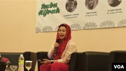 Yenny Wahid saat berbicara dalam diskusi di Hotel Maxone Jakarta, Rabu (20/2). (VOA/A. Bhagaskoro)