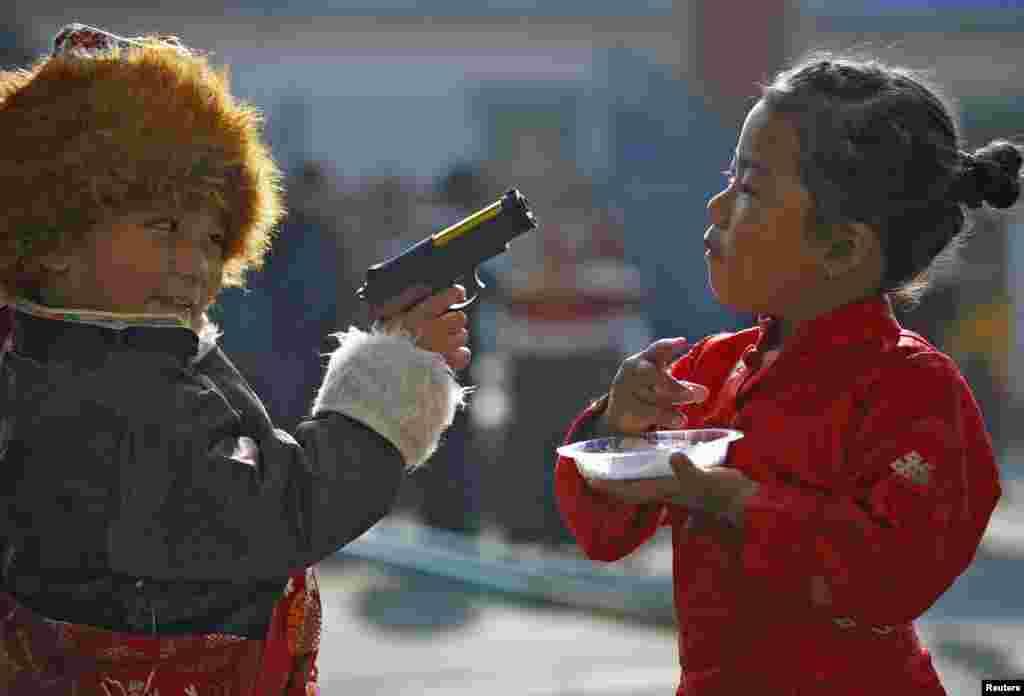 """Những em nhỏ người Tây Tạng chơi với nhau trong một buổi lễ mừng """"Losar"""" hay năm mới của người Tây Tạng tại một trại tị nạn người Tây Tạng ở Lalitpur, Nepal."""