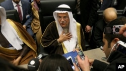 4일 세계석유수출국기구 OPEC 정례회의가 열린 오스트리아 빈 OPEC 본부에서 세계 최대 산유국 사우디아라비아의 알리 이브라힘 나이미 석유장관이 기자들의 질의에 답하고 있다.