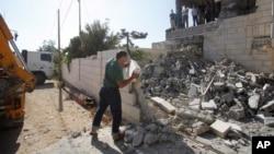 18일 이스라엘 소년 3명을 납치 살해한 범인으로 지목된 팔레스타인 용의자 가택이 철거된 가운데, 한 팔레스타인인이 건물터를 살피고 있다.