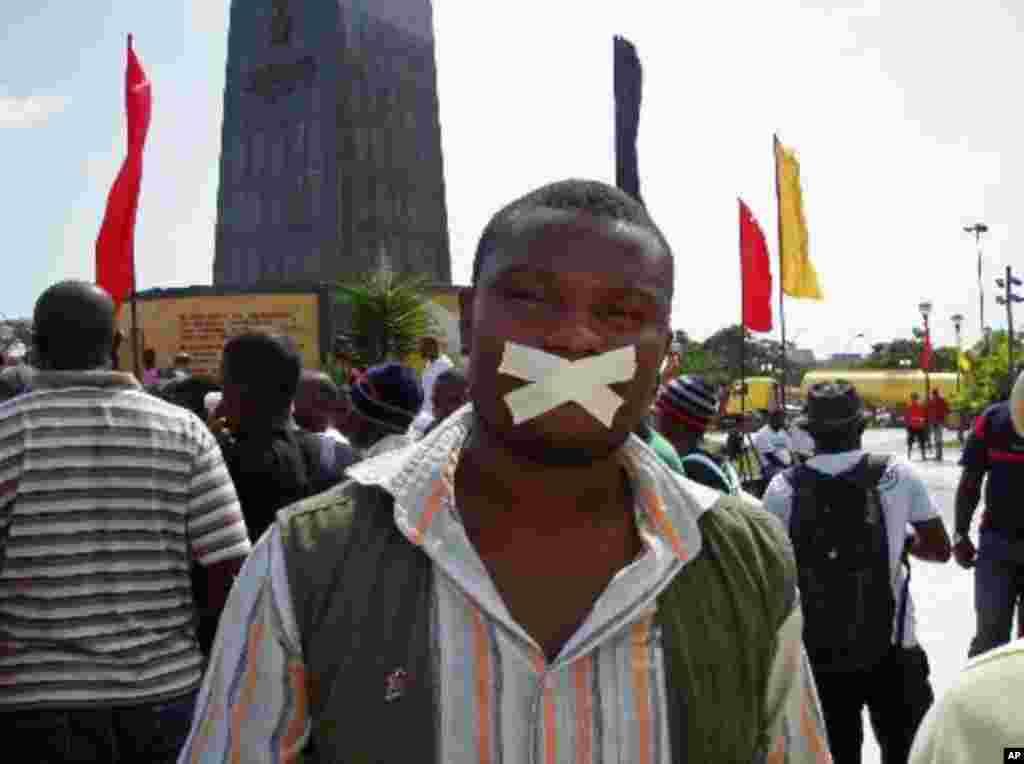 Um manifestante na Praça da Independência, em Luanda (2 de Abril de 2011) Foto de Açlexandre Neto / VOA