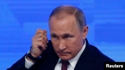 Presiden Rusia Vladimir Putin pada saat menghadiri konferensi pers akhir tahun di Moscow, Rusia, 23 Desember 2016.