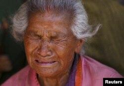 Phụ nữ Nepal khóc cháu gái thiệt mạng trong trận động đất hôm thứ Bảy ở Bhaktapur, Nepal, ngày 27 tháng 4, 2015.