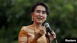 지난 5일 미얀마 야당 지도자 아웅산 수치 여사가 샨주에서 유권자들을 향해 선거 의식에 대한 연설을 하고 있다. (자료사진)