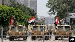 12일 이집트 카이로의 공화국 수비대 본부 앞을 무장한 군용 차량들이 지키고 있다.