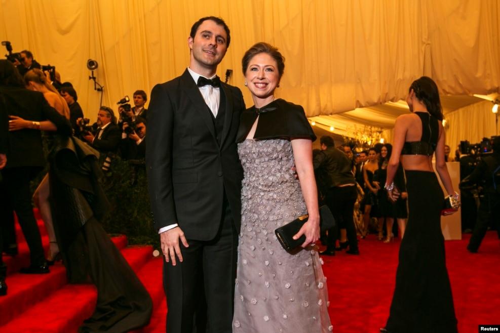 2013年5月6日,切尔西·克林顿和丈夫马克 ·梅兹文斯基参加纽约大都会艺术博物馆慈善联欢会