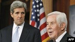Thượng nghị sĩ John Kerry và Richard Lugar (phải) trong cuộc họp báo sau khi Thượng viện phê chuẩn Hiệp ước START mới, ngày 22/12/2010