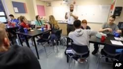Guru sains Noah Busch mengajar di Manhattan High School. (Foto: Dok)