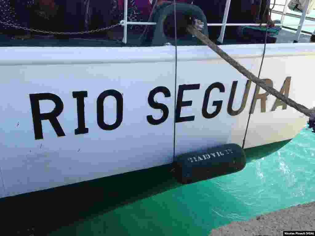 """Le navire espagnol """"Rio Segura"""", Pozzallo, Sicile, 7 octobre 2015 (Nicolas Pinault/VOA)."""