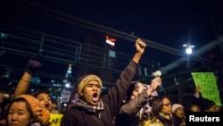 Para demonstran menuntut keadilan atas kematian Eric Garner di Jembatan Brooklyn di New York City (4/12).