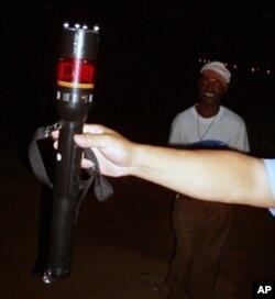 """Lanterna usada por seguranças chineses em Luanda, que inclui o """"taser"""" que aplica choques eléctricos."""