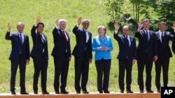 Kanselir Angela Merkel (tengah) berpose bersama para pemimpin negara anggota G7 di Schloss Elmau dekat Garmisch-Partenkirchen, Jerman selatan, Minggu (7/6).