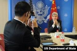 中国记者给克里国务卿照相(美国国务院网站照片)