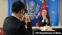中國記者給克里國務卿照相(美國國務院網站照片)