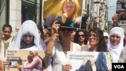 3일 터키 이스탄불 중심가에서 쿠르드족 활동가 등이 참가한 가운데 ISIL의 이라크 야지디 대학살 사건 2주년 추모 행사가 열렸다.