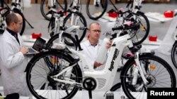 Usine de fabrication de vélos à Biarritz, en France, le 15 janvier 2018. (REUTERS/Regis Duvignau)