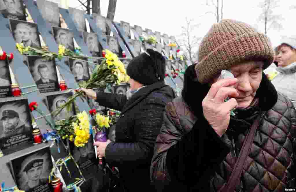 ادای احترام مردم در محل یادبود کشته شدگان تظاهرات ضد دولتی سال ۲۰۱۴ در کیف، اوکراین