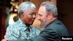 L'ancien président sud-africain Nelson Mandela serre dans ses bras le président cubain Fidel Castro à Johannesburg, le 2 septembre 2011.