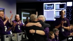 卡西尼项目负责人梅兹和飞行负责人韦伯斯特在加利福尼亚州的美国航空航天局喷气推动实验室指挥中心拥抱 (2017年9月15日)