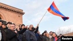 Pemimpin oposisi Armenia Vazgen Manukyan berpidato dalam rapat umum untuk menuntut pengunduran diri Perdana Menteri Nikol Pashinyan di Yerevan, Armenia, 25 Februari 2021.