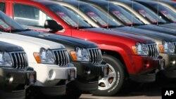 Fila de vehículos todoterreno Grand Cherokee del 2006, uno de los modelos con el desperfecto.