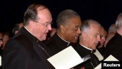 Uskup Agung Philip Wilson dari Adelaide, Australia (kiri) saat menghadiri doa pagi bersama di Konferensi Uskup Agung Katholik di Dallas, Texas, tahun 2002 (Foto: dok/REUTERS/Amy E. Conn )