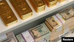 오스트리아 비엔나의 한 은행에 쌓여있는 금괴와 달러 지폐. (자료사진)