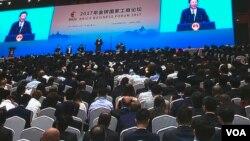 在厦门金砖峰会的金砖国家工商论坛开幕式上,中国主席习近平致辞(2017年9月3日,美国之音叶兵拍摄)