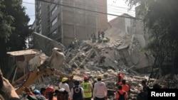 Tìm kiếm người sống sót ở thành phố Mexico City, Mexico, ngày 19/9/2017.