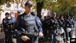 Des policiers assurent la sécurité à l'extérieur de la Cour d'Appel d'Ankara, Turquie, 9 octobre 2013.