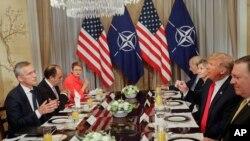 美國總統唐川普(有而),以及北約秘書長斯托爾滕貝格(左),在2018年7月11日星期三在比利時布魯塞爾舉行的雙邊早餐會。