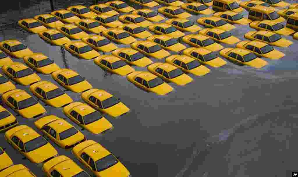 Estacionamiento de taxis inundado, en Hoboken, Nueva Jersey, tras el paso de la súpertormenta Sandy, el 30 de octubre.